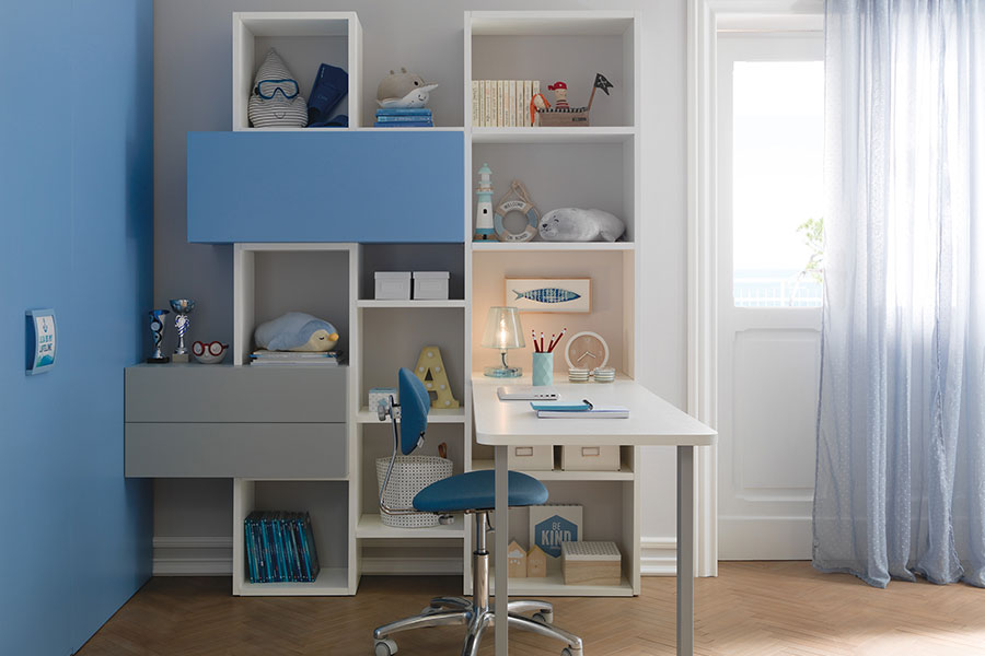 Il colore delle pareti della cameretta: non solo un fatto di estetica scrivania parete blu
