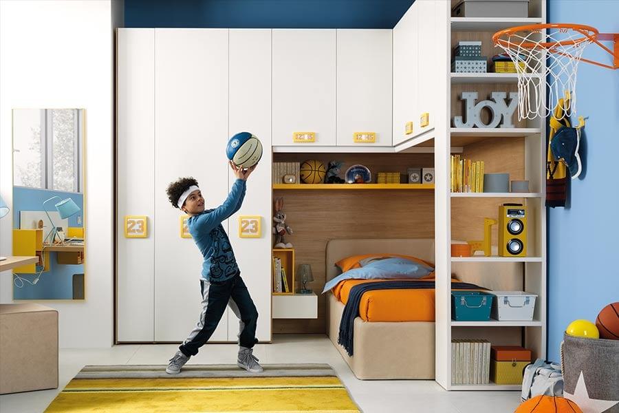 Come organizzare l'angolo gioco dei tuoi figli? Le regole d'oro bambino gioca in cameretta bianca parete azzurra