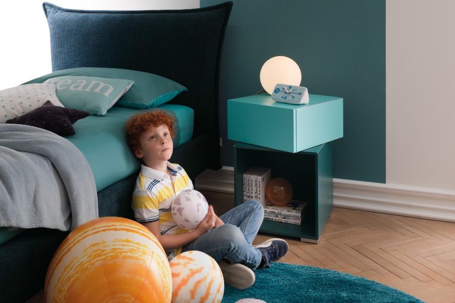 Come rinnovare la cameretta per bambini all'insegna del risparmio e della semplicità? bambino in camera azzurra letto