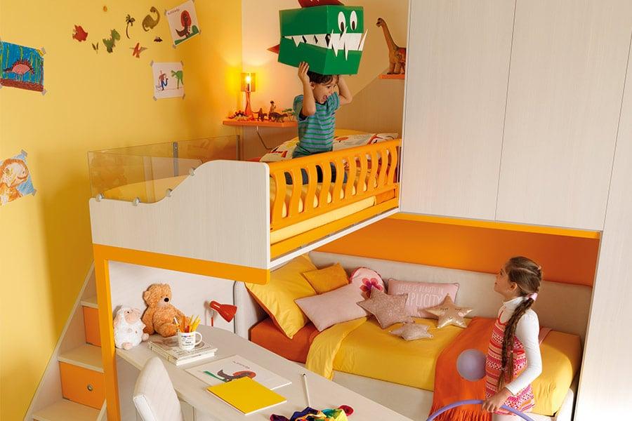 Come organizzare l'angolo gioco dei tuoi figli? Le regole d'oro bambini giocano soppalco giallo
