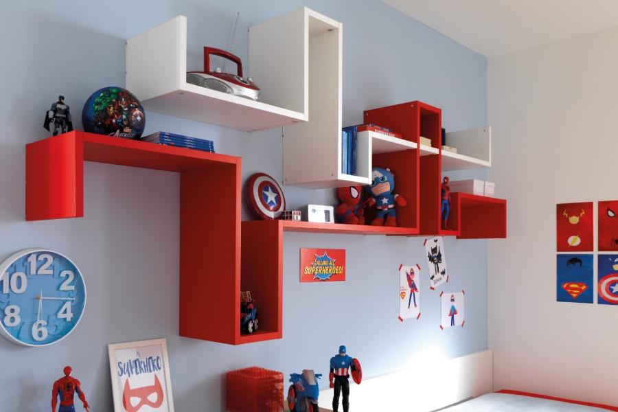 Come rinnovare la cameretta per bambini all'insegna del risparmio e della semplicità? camera parete azzurra mobili rossi
